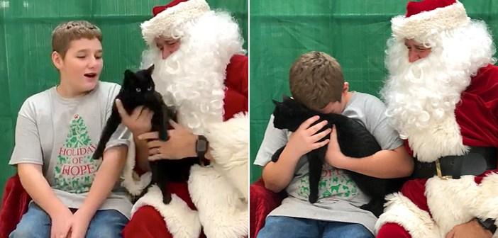 大親友だった愛猫を失い、悲しみに暮れていた少年。サンタさんからの心温まるサプライズに、思わず胸が熱くなる
