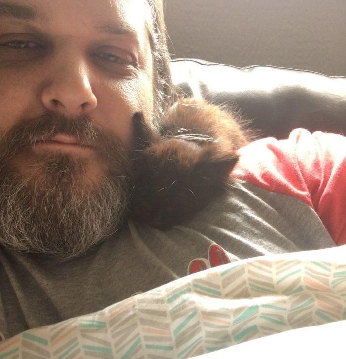 寄り添う男性と子猫