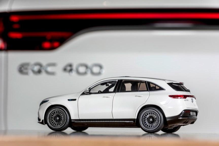 """Modellautos: EQC 400 4MATIC mit AMG Line Exterieur, Glas-Schiebedach, 21 Zoll AMG Leichtmetallrädern im 10-Speichen-Design, Designo Diamantweiß bright; Maßstab 1:18;Stromverbrauch kombiniert: 20,8 - 19,7 kWh/100 km; CO2-Emissionen kombiniert: 0 g/km* Model cars: EQC 400 4MATIC with AMG Line exterior, glass sunroof, 21"""" AMG 10-spoke light-alloy wheels, diamond white bright; Scale 1:18;combined power consumption: 20.8 – 19.7 kWh/100 km; combined CO2 emissions: 0 g/km*"""