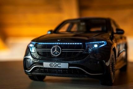 Modellautos: Sonderedition EQC 400 4MATIC in Graphitgrau mit leuchtenden Front- und Heckscheinwerfer; Maßstabe 1:18 Model cars: special edition EQC 400 4MATIC in graphite gray with luminous front and rear headlights; Scale 1:18