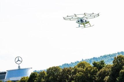 Exklusiv vor dem Mercedes-Benz Museum in Stuttgart: Erster erfolgreicher urbaner Flug des Volocopter in Europa. Stuttgart sees first urban flight of Volocopter in Europe