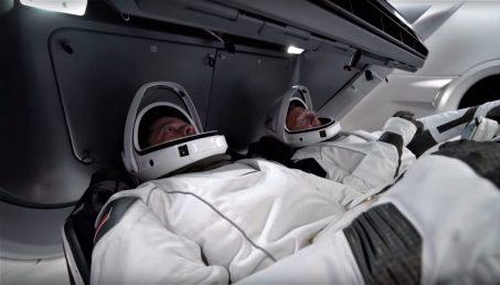 Crew-Dragon-suit-display-tests-NASA-SpaceX-2-crop-1024x582