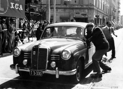 Mille Miglia, Brescia in Italien, 1. Mai 1955. Sieger in der Dieselklasse: Oberingenieur Helmut Retter (Daimler-Benz Vertreter in Innsbruck) mit Beifahrer Wolfgang Larcher auf Mercedes-Benz Typ 180 D (W 120), Startnummer 04, bei einem Kontrollpunkt. Mille Miglia, Brescia in Italy, 1 May 1955. Winner in the diesel class: senior engineer Helmut Retter (Daimler-Benz representative in Innsbruck) with co-driver Wolfgang Larcher in a Mercedes-Benz Type 180 D (W 120), start number 04, at a checkpoint.