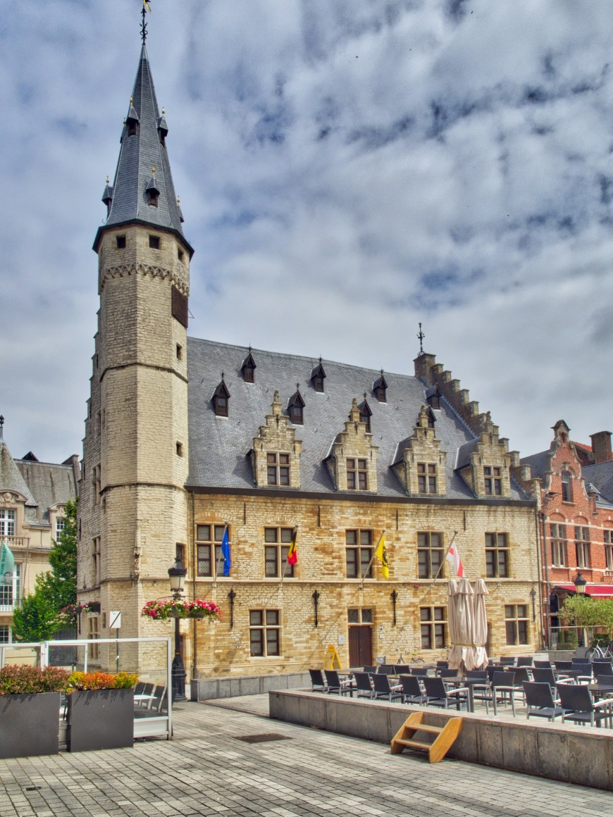 The stadhuis in Dendermonde with the museum inside.