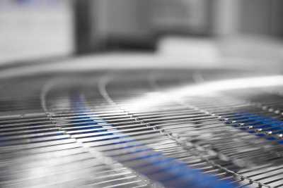 Поворотный конвейер с металлической сеткой