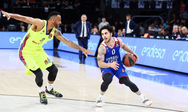 Le triple e gli assist regalano all'Efes la Final Four