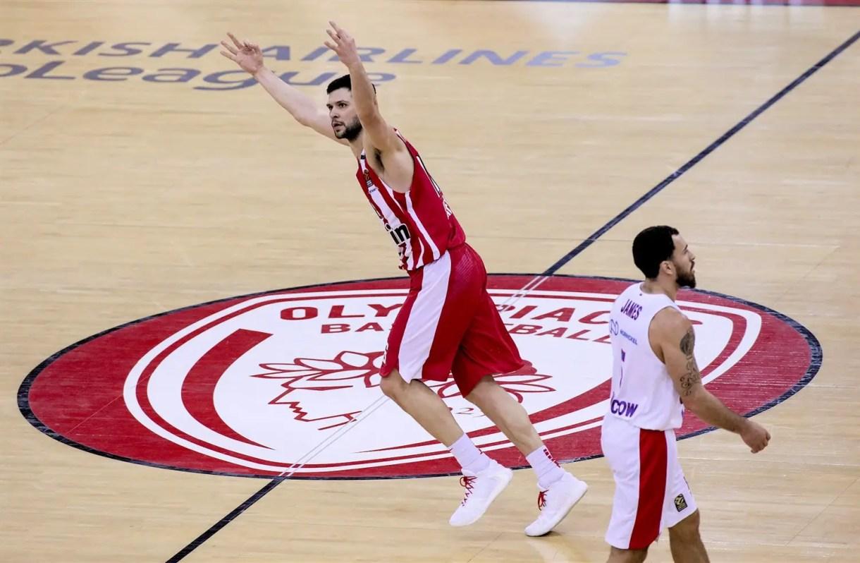 kostas-papanikolaou-celebrates-olympiacos-piraeus-eb19