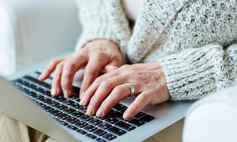 aposentado enviando dinheiro pela internet