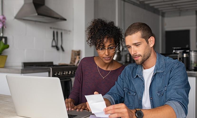 casal analisando se enviar dinheiro para o exterior pelo banco vale a pena