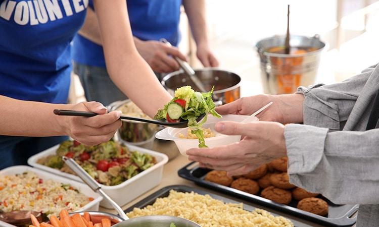 voluntarios servindo comida