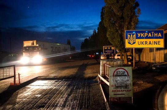 Ein Lastwagen mit 'Fracht 200' mit Leichen von gefallenen russischen 'Freiwilligen' beim Passieren der Grenze nach Russland. Foto: Maria Turchenkova/Echo Photo Agency