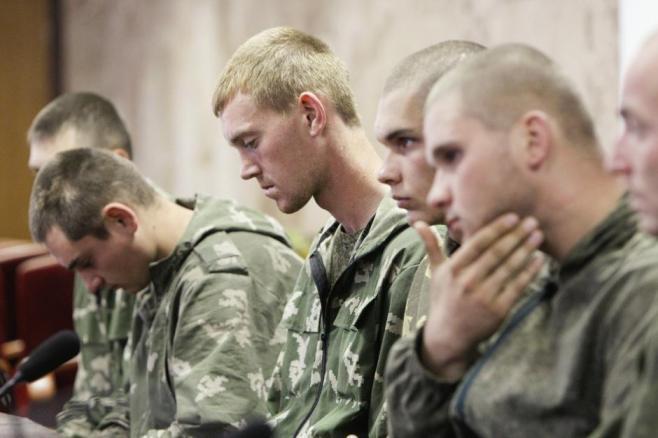 Russian paratroopers captured in combat by the Ukrainian army (Image: Valentyn Ogirenko/Reuters)