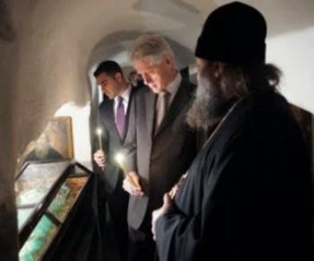 Der ehemalige Präsident Bill Clinton besucht das Kyiwer Höhlenkloster Petscherska Lawra im Jahre 2010