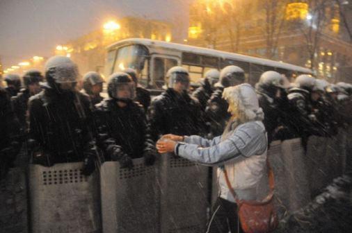 Eine Frau bietet den Berkut heißen Tee an
