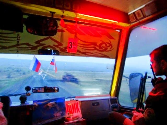 (Pro-) Russische Extremisten stellten eine bewaffnete Eskorte auf dem Weg von Kujbyschewo nach Donezk