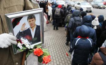 Line of people to Boris Nemtsov's viewing