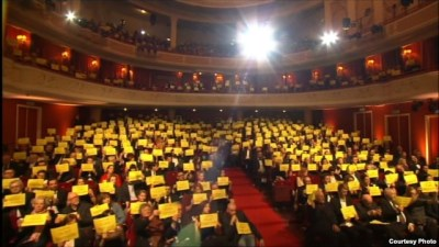Polish filmmakers with Sentsov signs at awards ceremony