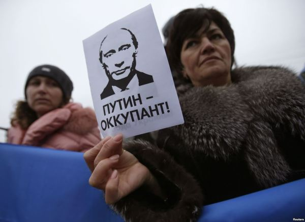 """The sign says: """"Putin is an occupier"""""""