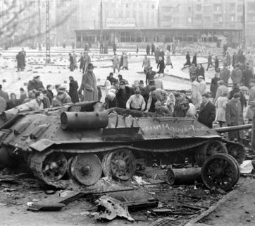 A destroyed T-34-85 tank at the Móricz Zsigmond Square in Budapest, Hungary 1956 (Image: budapestcity.org)