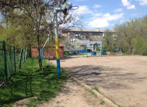 Residents of the Russia-occupied Donetsk had bravery to demonstrate their patriotism by painting the children's playground in the colors of the Ukrainian national flag. (Image: 62.ua)