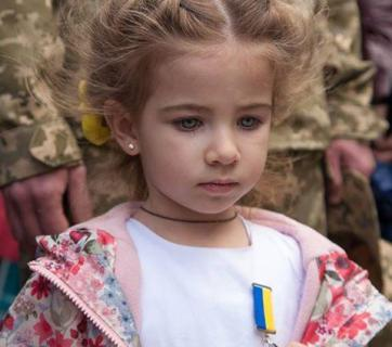 A five-year Ukrainian girl received a bravery medal in place of her border guard father killed in action defending Ukraine from Russian invasion. 8 May, 2015, Kirovohrad, Ukraine. (Image: Social media)