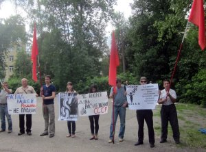 """Protesting the Day of Russia celebration in the city of Penza, Russia on June 12, 2015. The signs say """"Our Motherland falling apart is not a holiday!""""; """"12 June - the day of the dismemberment of the USSR!""""; """"12 June - the start of the occupation of Russia."""" (Image: social media)"""