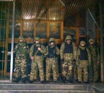 Dnipro battalion blocking the entrance of Ukrnafta on 22.03.2015. Photo: http://golospravdy.com/