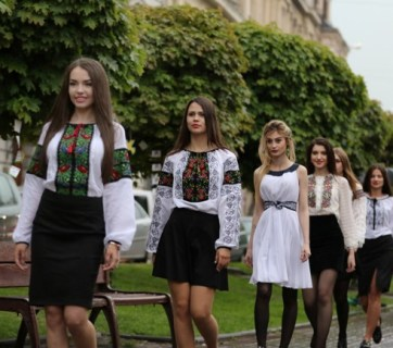Beautiful girls in vyshyvankas, ethnic Ukrainian embroidered costumes. Vyshyvanka Day in Lviv, 2015 (Image: Lviv Today)