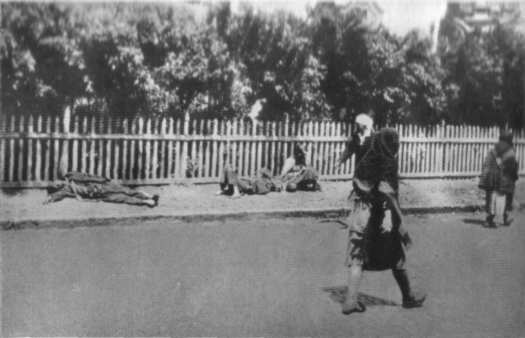 The man-made famine's victims lying dead on the streas of Kharkiv. Photo: Ewald Ammende, 1933