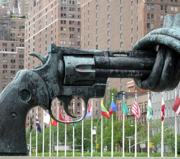 Non–Violence or The Knotted Gun by Carl Fredrik Reutersward, the United Nations Headquarters, New York (Image: mira66 via Flickr)