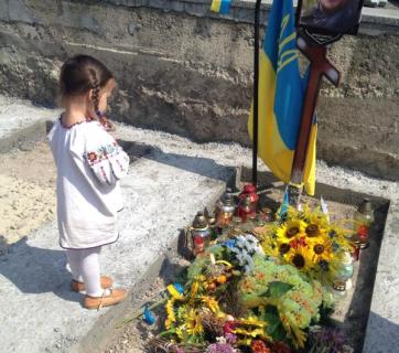 Yustinka, daughter of Victor Gurnyak killed defending Ukraine from the Russian aggression, at her father's grave. Eternal memory to all Ukraine's heroes who gave their lives defending Ukraine. (Image: social media)