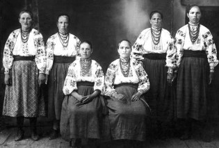 Only two of the women in this photo taken in 1927 in the Village of Shkarivka near Kyiv survived the Holodomor. (Image: fundholodomors.org.ua)
