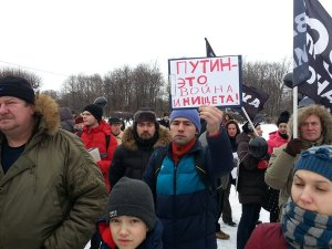 """""""Putin means war and poverty!"""" Meeting of Russian truck drivers in February 2016 (Image: social media)"""