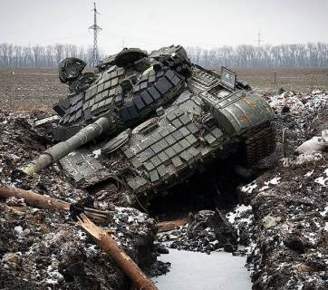 A tank of the Russian occupation force in the Ukrainian Donbas got stuck in a trench (Image: kommersant.ru)