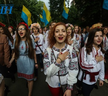 Singing the national anthem of Ukraine at the Vyshyvanka March in Kyiv, May 2016 (Image: UNN.com.ua)