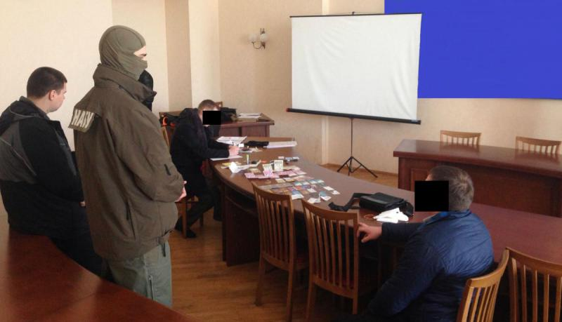 Ukraine's National Anticorruption Bureau in action, catching an official who tried to bribe on February 2016. Photo: nabu.gov.ua