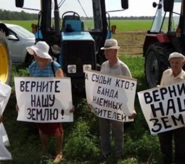 "Farmers from the Kuban region in southern Russia protesting against illegal takeover of their lands by large agricultural holding companies in cooperation with courts and law enforcement agencies organized a tractor march to Moscow with an objective to bring to Putin their complaints. Signs say: ""Return our land!"", ""President, we entrusted you with power, so why do government officials and judges rob us?"", ""Who are the judges? A band of robbers for hire!"" (Image: social media)"