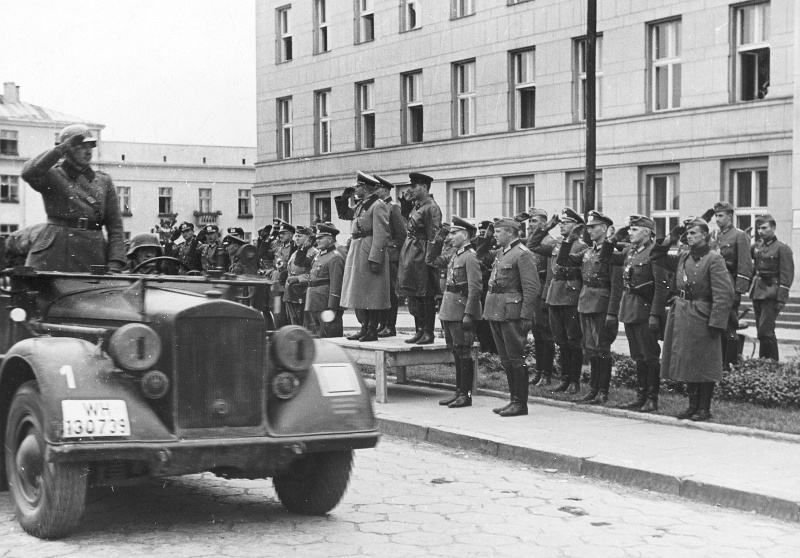 German general Heinz Guderian and Soviet brigade commander Semion Krivosheyin during the transfer of Brest to Red Army troops. Front - Horch 901 Typ 40, Sept. 22, 1939 (bundesarchiv.de)
