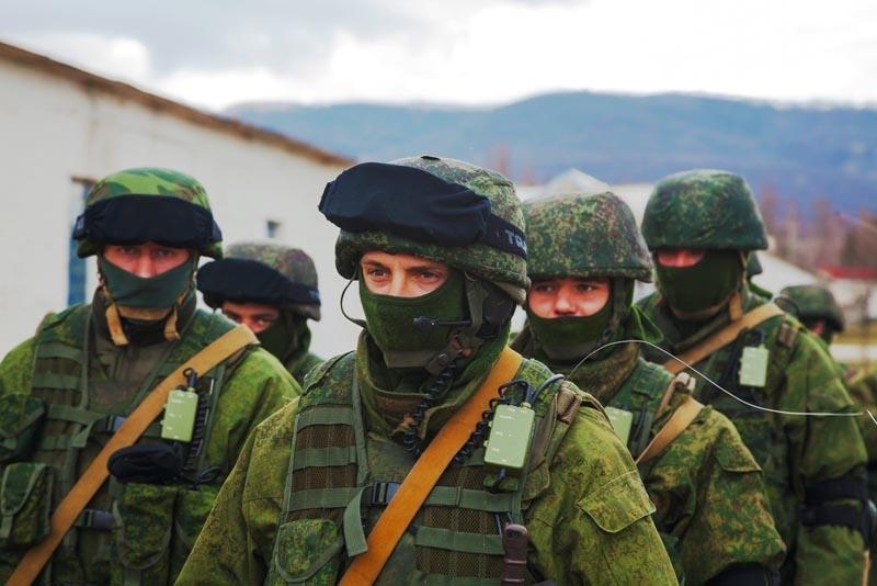 Slujitorii ruși mascați care blochează o bază militară ucraineană în Crimeea.  Martie 2014