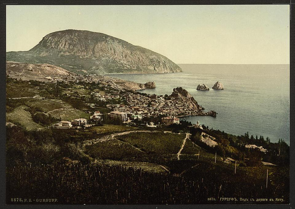 A view of the town of Gurzuf from the road to Yalta in Crimea, Ukraine circa 1890-1900. Image: Detroit Publishing Company via the Library of Congress