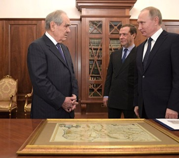 Putin presenting former Tatarstan President Mintimir Shaymiyev a map of 17th century Tataria. Moscow, January 2017 (Image: video capture)