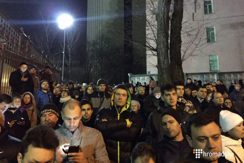 On Sunday March 5, activists gathered near the court to prevent Nasirov from escaping. Photo: screenshot from hromadske.tv