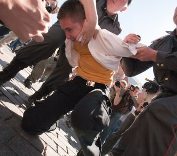 Authorities crackdown on a gay demonstration in Russia, 2011 (Image: newreportage.ru)