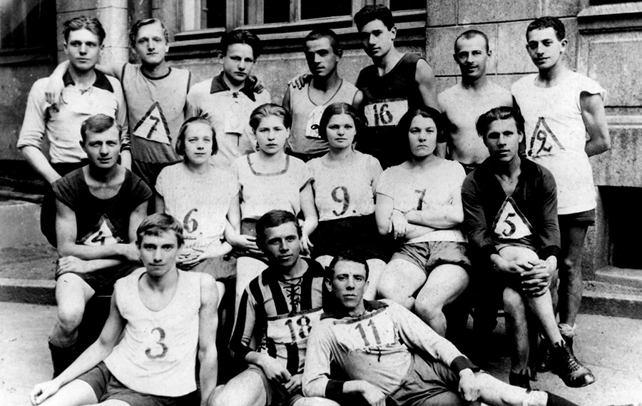 Leningrad team of death and dumb athletes in 1932, four of which were executed by shooting in 1937 and many sent to GULAG (Image: spbvog.ru)
