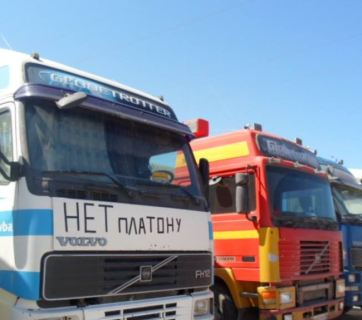 Russia's striking long-haul truckers (Image: rferl.org)
