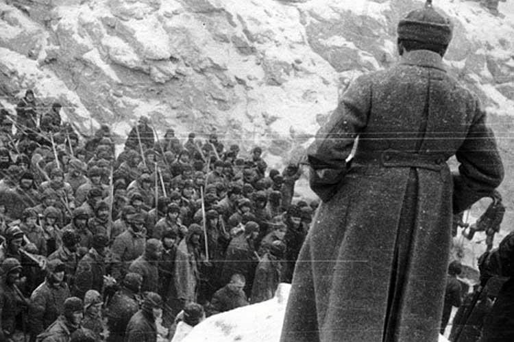 Prisoners at a Soviet GULAG forced-labor camp awaiting commands (Image: thegulag.org)