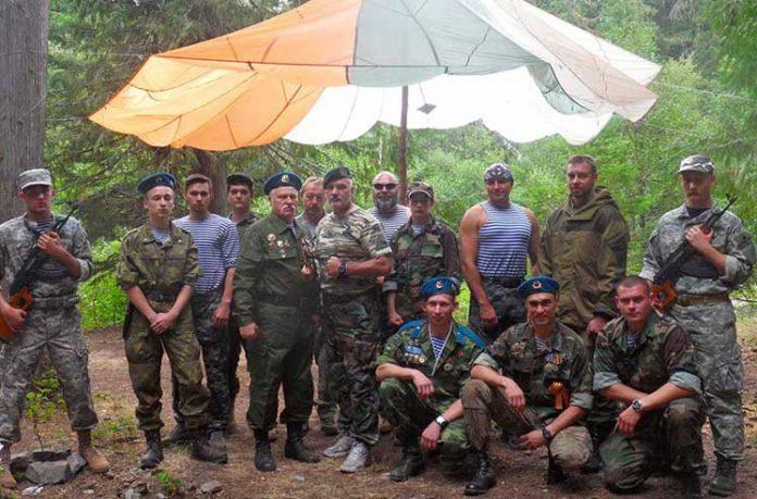 Un grup paramilitar rus din SUA care poartă uniforme ale trupelor aeriene ale Federației Ruse, unii participanți au medalii de luptă (Imagine: slavicsac.com)