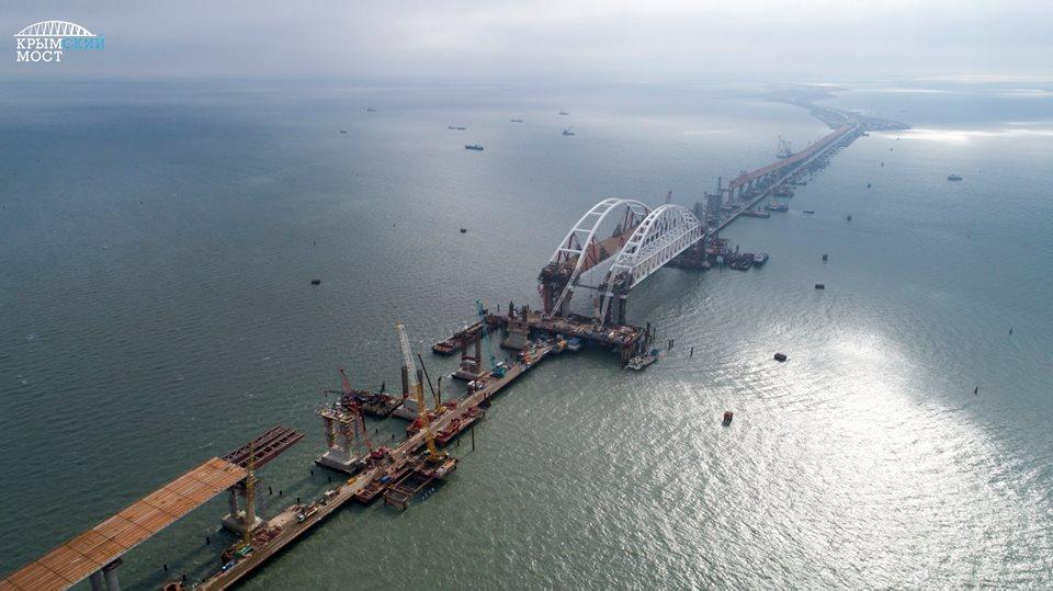 As of 6 November 2017, construction workers need to erect nine remaining pillars for the auto-road part of the bridge - four from the side of Crimea and five from the side of Taman. Photo: most.life