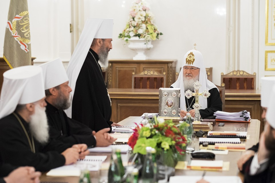 Metropolitan Onufriy (standing), the head of the Ukrainian Orthodox Church of the Moscow Patriarchate, talking to Moscow Patriarch Kirill. May 30, 2014 in St. Petersburg, Russia (Image: pravmir.ru)