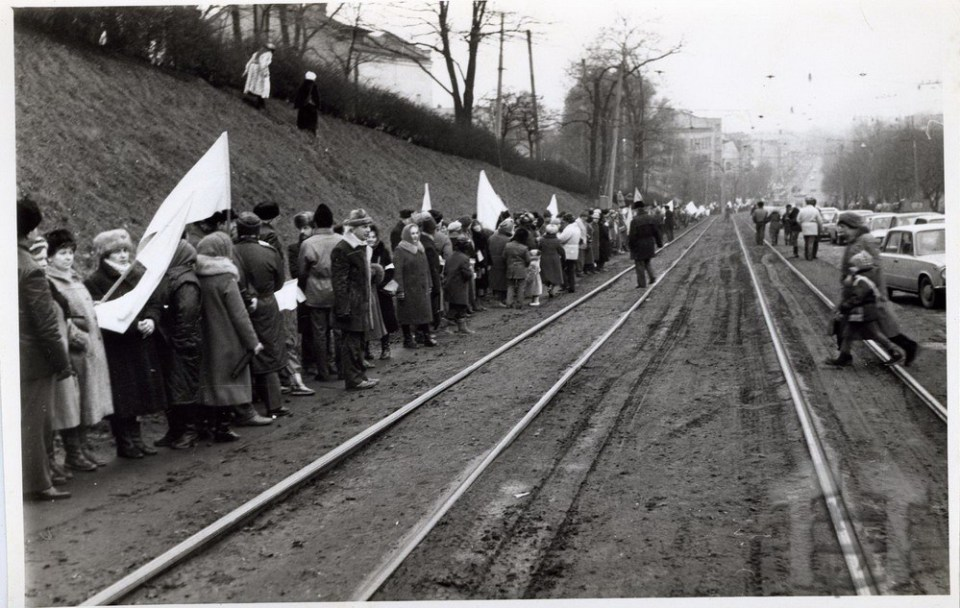 A human chain connects Ukraine's capital, Kyiv, and its Western city of Lviv on 22 January 1990